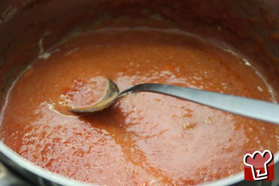 Versare il sugo alla ricotta nel resto del sugo - RicettePerCucinare.com